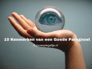 10 kenmerken van een goede paragnost, op de afbeelding een open hand van een vrouw met een kristallen bol erin en in die kristallen bol zit een oog