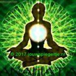 Je hartchakra openen is belangrijk omdat hij precies het middelpunt is van alle chakra's. Op de afbeelding een persoon omgeven door groene hartenergie en de hartchakra als een lichtcirkel uitgelicht om de locatie aan te geven