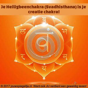 Afbeelding van de Heiligbeenchakra in de vorm van een oranje mandala met de tekst van de titel van dit artikel over de tweede chakra