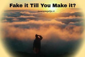 Affirmeren: fake it till you make it? Een man staat tussen de wolken en ziet ver weg de zon...