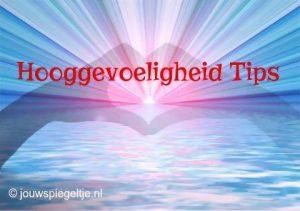 Hooggevoeligheid tips voor mensen met HSP, twee handen vormen een hart met in dit hart de stralen van de zon en eronder de zee