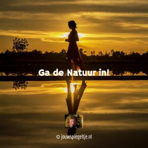 tip om de natuur in te gaan voor het openen van je kruinchakra, een wandelende vrouw op de foto