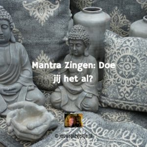 mantra zingen wordt steeds populairder. Het Boeddha beeld op de zwart-wit foto is een mooie sfeerimpressie om de wereld van mantra's mee in te luiden