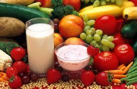 Mindful leren leven: eet gezond, groente, fruit en lekkere zuivel op de foto. Bewust eten is een mindful ritueel