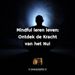 mindful leren leven: ontdek de kracht van het nu, man zit in meditatiehouding. Mediteren is een manier om mindfulness te beoefenen.