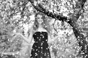 Stress verminderen door het anders te benaderen. openstaan voor nieuwe ervaringen, dat doet deze vrouw op een zwartwit foto, haar handen gericht naar de hemel