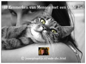 Heb jij een oude ziel? Deze vrouw en haar kat hebben allebei wijze ogen die je aankijken en je vragen of jij ook over die wijsheid beschikt.