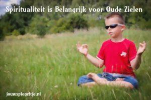 Een jong kind dat mediteert in de natuur, waarschijnlijk is dit jongetje een oude ziel, hij is zijn tijd vooruit, omdat de meeste kinderen van zijn leeftijd niet bezig zijn met zaken als meditatie