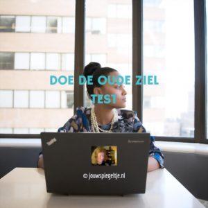Doe de oude ziel test, op de foto een vrouw met een laptop die naar buiten kijkt