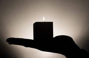 meditatie kaars op een hand, mediteren om overvloed te manifesteren