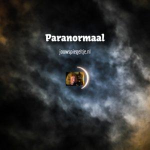 paranormaal rubriek op Jouw Spiegeltje, op de foto een maan verlichte hemel met woken en een sikkelvormige maan, lekker mysterieus!