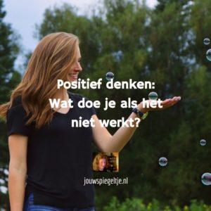 Positief denken: wat doe je als het niet werkt? Op de kleurenfoto zie je een vrolijke vrouw die bellen blaast, ze lacht © jouwspiegeltje.nl