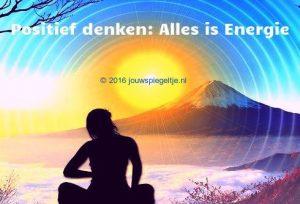 Positief denken: alles is energie, ook je gedachten, een mediterende vrouw die naar een berg kijkt met de zon erboven, het is geen foto maar een tekening
