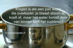 stop met klagen afgebeeld door een pan water op het fornuis, die over dreigt te koken