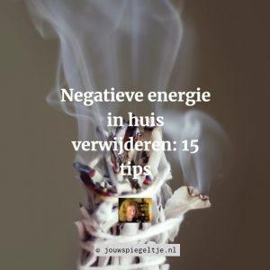 Negatieve energie in huis verwijderen: 15 tips om de energie in je huis weer in balans te brengen. Op de foto zie je een salie stick. Het branden van (witte) salie is één van de vele remedies om negatieve energie in ruimtes te neutraliseren.