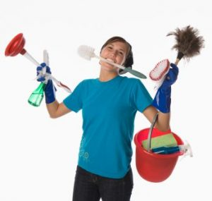 Negatieve energie in je huis verwijderen door schoon te maken helpt. Op de afbeelding een vrouw met allemaal schoonmaakspullen