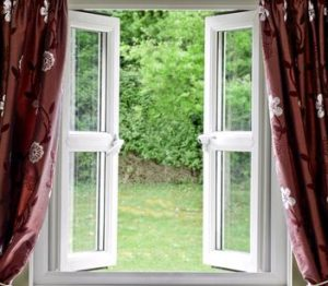 Een makkelijke manier om negatieve energie in je huis te verwijderen is door te ventileren, op de afbeelding een geopend raam