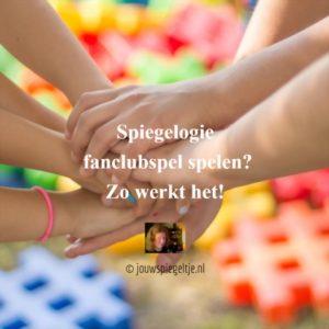 het Spiegelogie fanclubspel speel je met een groep vanaf 2 mensen. Op de foto zie je 3 paar handen die elkaar vastpakken met een kleurige achtergrond.