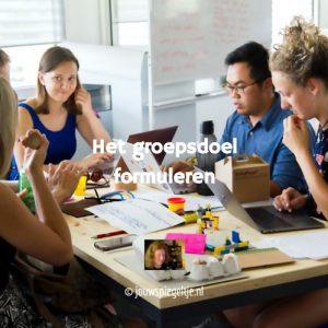 Het groepsdoel formuleren: op de foto een groep mensen om een tafel