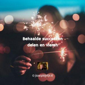 Behaalde successen delen en vieren, op de foto een feestje met het branden van sterretjes