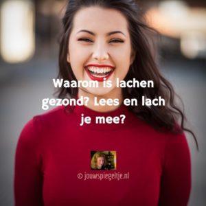 Waarom is lachen gezond? Op de foto een lachende vrouw met een rode trui aan en lang donkerblond haar.