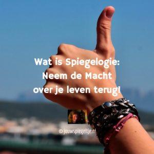 Wat is Spiegelogie: de macht over je leven terugnemen. Op de foto de hand van een vrouw met de duim omhoog!