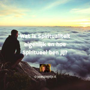wat is spiritualiteit? Een man zit op een hoge berg en tuurt naar een prachtig wolkendek van witte wolken met erboven een stralende hemel en zonlicht
