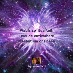 Wat is Spiritualiteit: over de onzichtbare werkelijkheid, op de afbeelding zie je energievormen, die met het blote oog niet waarneembaar zijn, met het universum op de achtergrond, alles in de kleur paars en indigo