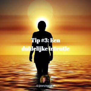 wet van de aantrekkingskracht en intentie gaan hand in hand, hou hem duidelijk. Op de foto een silhouette van een persoon die in de zee loopt bij zonsondergang