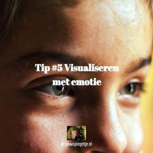 wet van de aantrekkingskracht en visualiseren met emotie, op de foto het bovenste gedeelte van een vrouwengezicht met bruingroene ogen