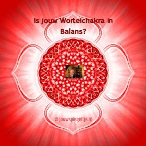 De wortelchakra wordt ook wel je basischakra of eerste chakra genoemd. Op de afbeelding wordt hij op klassieke wijze gesymboliseerd door een bloemvormig figuur, met 4 blaadjes, alles in de kleur rood, omdat dit de corresponderende kleur van deze chakra is