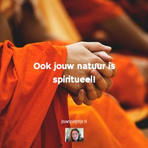 Ben ik spiritueel? Ook jouw natuur is spiritueel. Op de foto een monnik met samengevouwen handen in meditatie