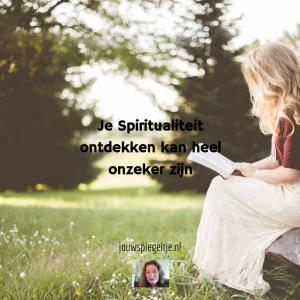 Ben ik spiritueel: je spiritualiteit ontdekken kan heel onzeker zijn, op de foto een vrouw in het bos die een boek aan het lezen is