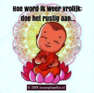 Hoe word ik weer vrolijk: neem kleine stapjes, doe het rustig aan, zoals de tekening van een mediterende baby symboliseert. Stapje voor stapje kom je er wel en voel je je snel beter en beter.