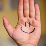 Negatieve eigenschappen positief ombuigen, tijdens de oefening glimlach je erom. Op deze hand staat een smile getekend met zwarte stift inkt