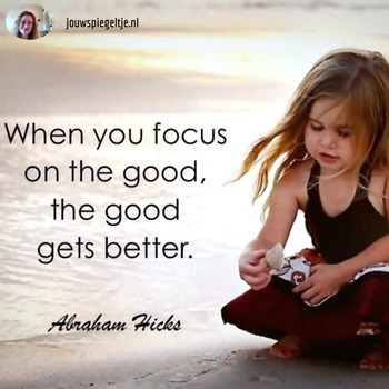 Abraham Hicks voor beginners: focus op het goede, een klein meisje zit op het strand, met de Engelse tekst op de foto: When you focus on the good, the good gets better ~Abraham Hicks