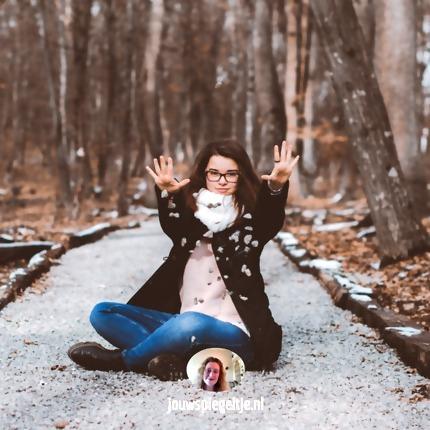 Iemand verliefd op je laten worden: frustratie loslaten: een jonge vrouw zit op de grond met haar handen een beetje naar boven