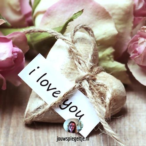 Iemand verliefd op je laten worden met visualisatie: op de foto hartjes met I Love You erop geschreven