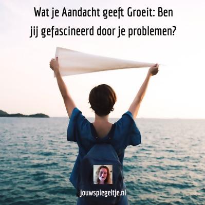 Wat je Aandacht geeft Groeit: Ben jij gefascineerd door je problemen? Vrouw staat in de zee met een witte vlag.
