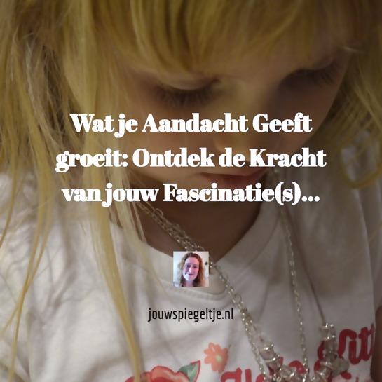 Wat je aandacht geeft groeit, dit geldt voor iedereen, alle leeftijden, ook voor het kleine blonde meisje op de foto dat alle aandacht heeft voor haar bedelketting