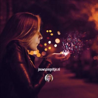 Leven in Overvloed is fantastisch, de vrouw op de foto blaast energie uit haar handen