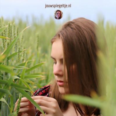 Leven in overvloed lukt vaak niet door onbewuste programmering. De jonge vrouw op de foto staat bij hoge graspalmen en voelt zich niet fijn, is het onbewuste programmering?