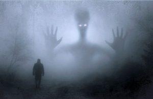 Geesten lijken vaak enger dan ze in werkelijkheid zijn, dat komt door wat je erover hebt geleerd en door al die spookverhalen. Op deze foto zie je zo'n eng spook. Maar in werkelijkheid zijn geesten meestal helemaal niet zo eng