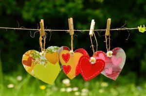 Je kunt kiezen voor Liefde en Compassie voor hen die nog niet spiritueel wakker zijn geworden. De vier gekleurde hartjes op de foto steunen je Liefde!